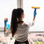 Femme nettoyage vitre